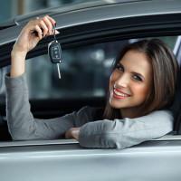 Frau mit Neuwagen & Schlüssel